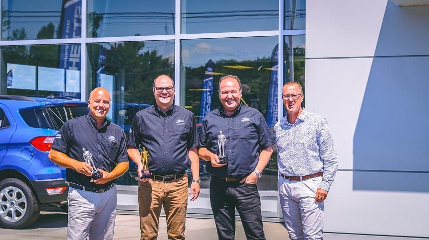Trois employés de chez Fréchette Ford se voient remettre des trophées Henry Ford