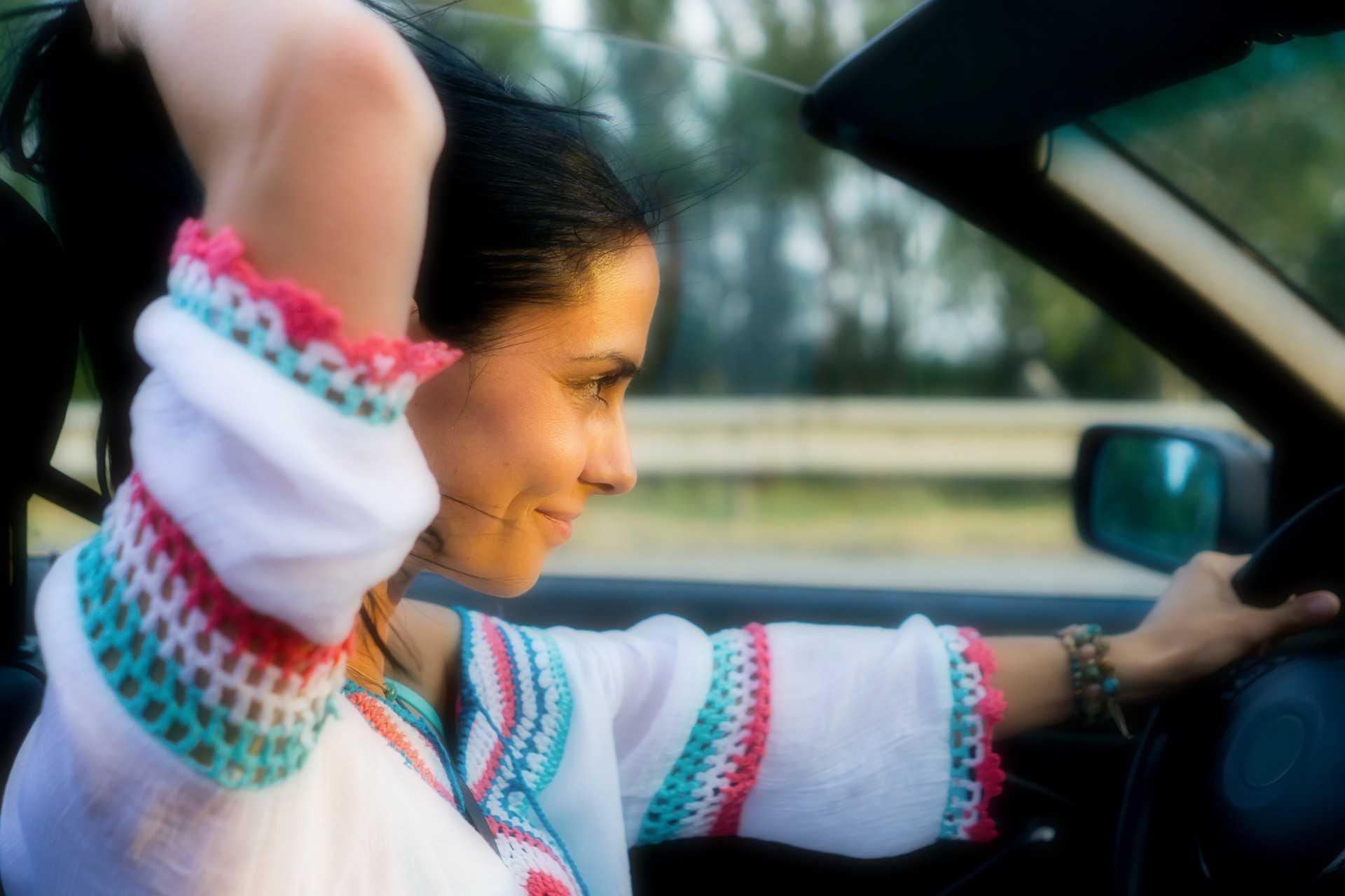 rouler cheveux au vent en cabriolet