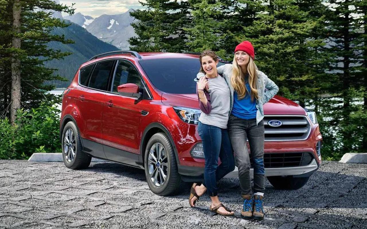 Programme Ford Nouveau diplômé Ford Graduate Program Deux femmes avec une Ford rouge
