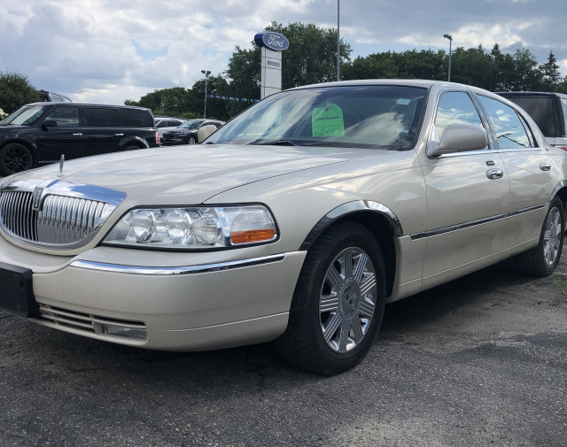 2003 Lincoln Town Car 4Dr Signature