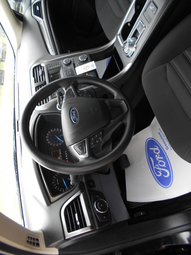 2017 Ford Fusion Sedan SE FWD