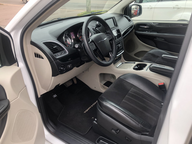 2015 Chrysler Town and Country Premium